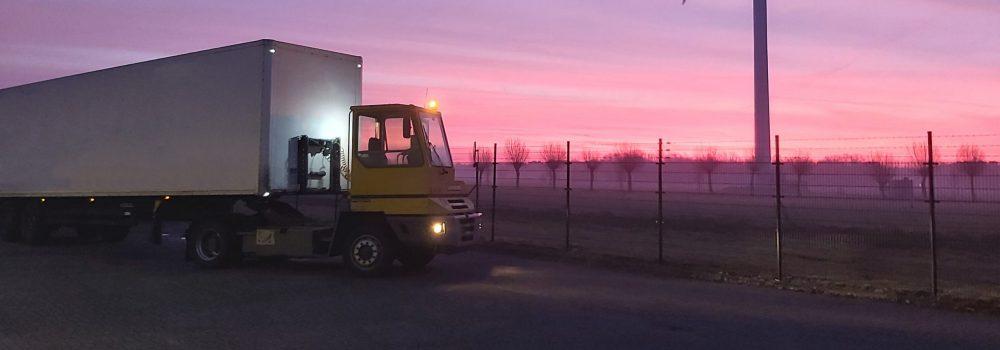 Banner Truck en trailer buiten